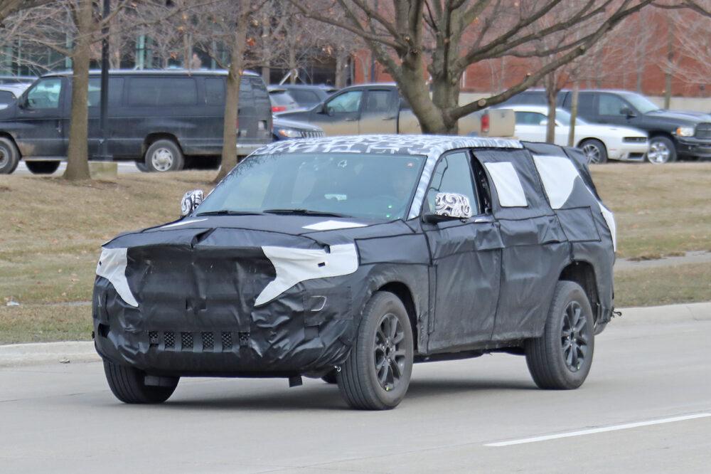 公道を走る次期新型ジープ・グランドチェロキーのプロトタイプ。