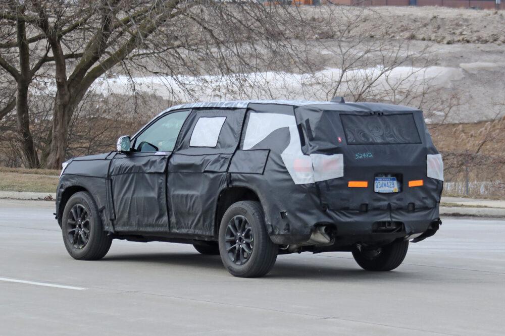 公道を走る次期新型ジープ・グランドチェロキーのプロトタイプ。 ボディサイド・リア