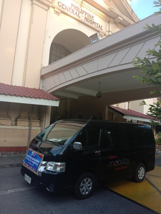 フィリピン総合病院の前を走行するトヨタのシャトルバス