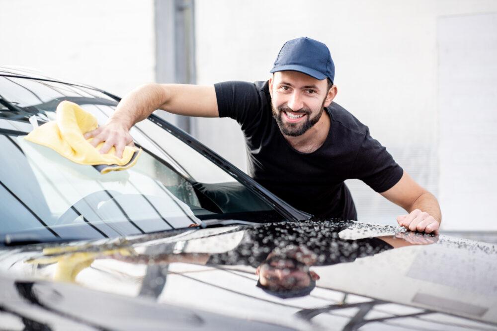洗車している外国人男性