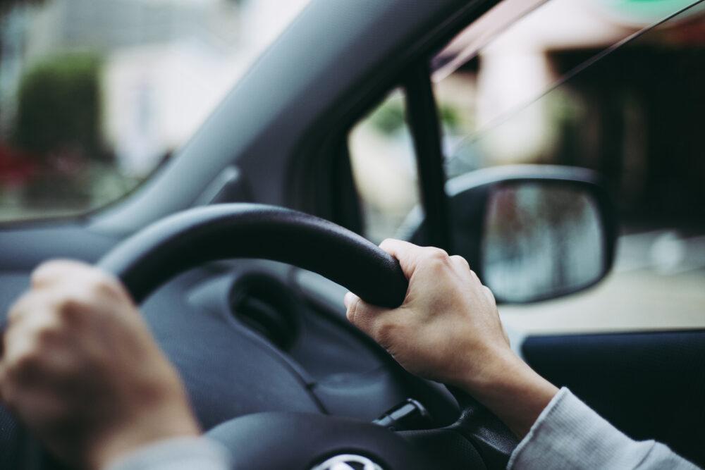 ハンドル 握る 安全運転