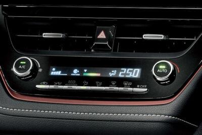 【車のエアコン】A/Cボタンやクーラー、暖房の正しい使い方|風が臭い・ぬるいときは?修理方法は?