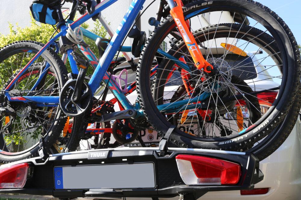 ヒッチキャリアに積まれた3台の自転車
