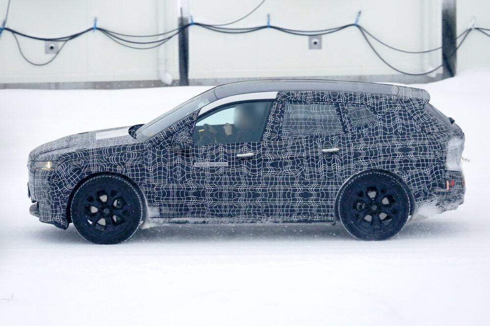 BMW Vision iNEXTの量産モデル「i5」のプロトタイプのスパイショット ボディサイド
