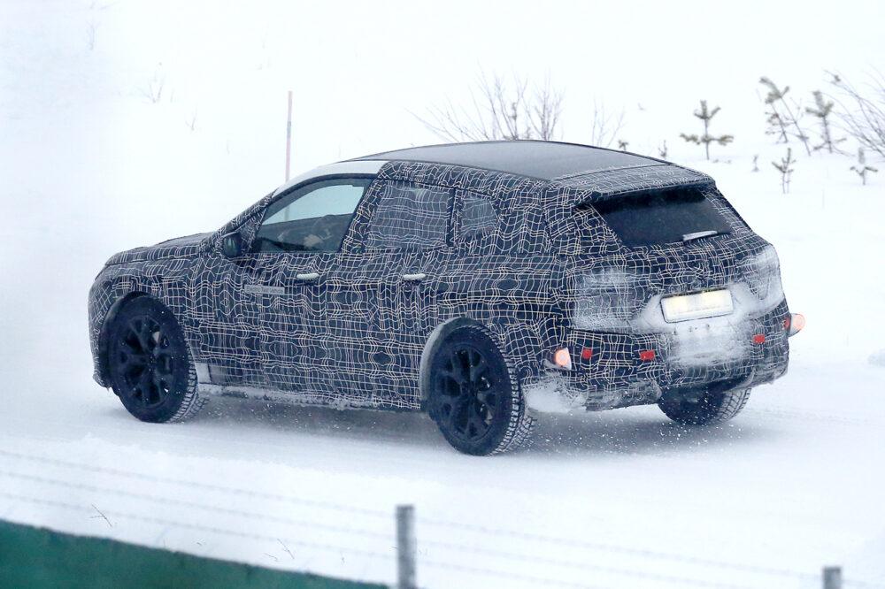 BMW Vision iNEXTの量産モデル「i5」のプロトタイプのスパイショット ボディサイドとリア