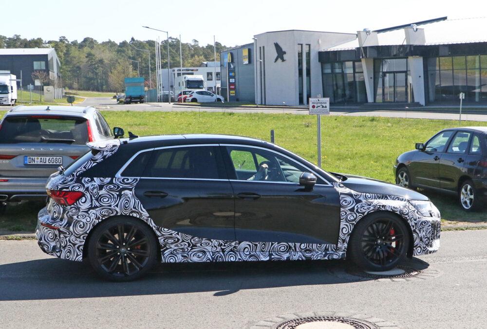 次期新型アウディ RS3 スポーツバック プロトタイプのスパイショット ボディサイド