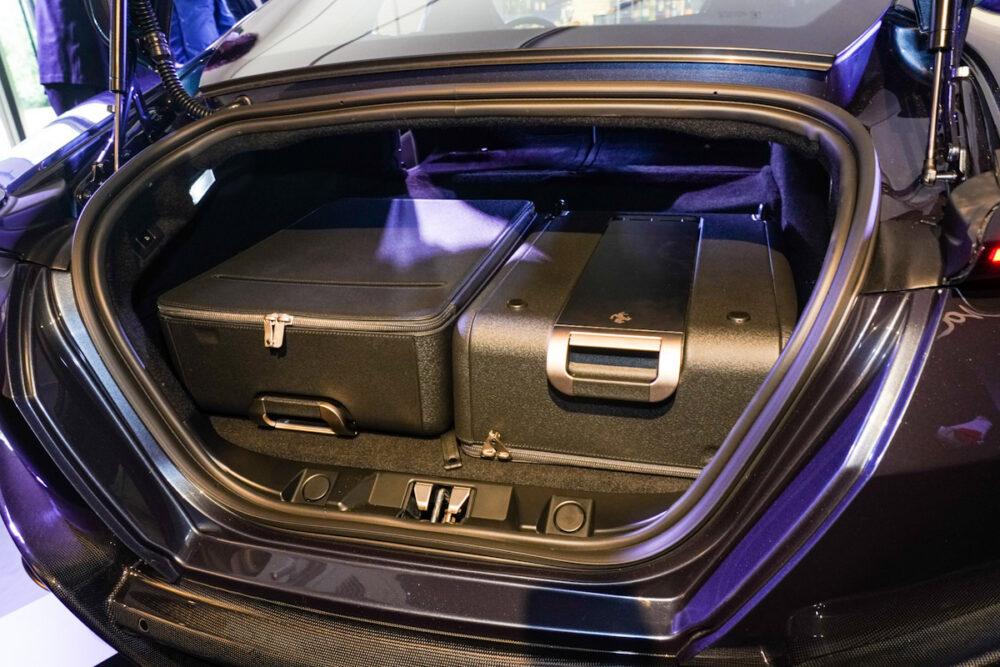 フェラーリ・ローマ トランクルーム。専用キャリーバッグを2個積載。