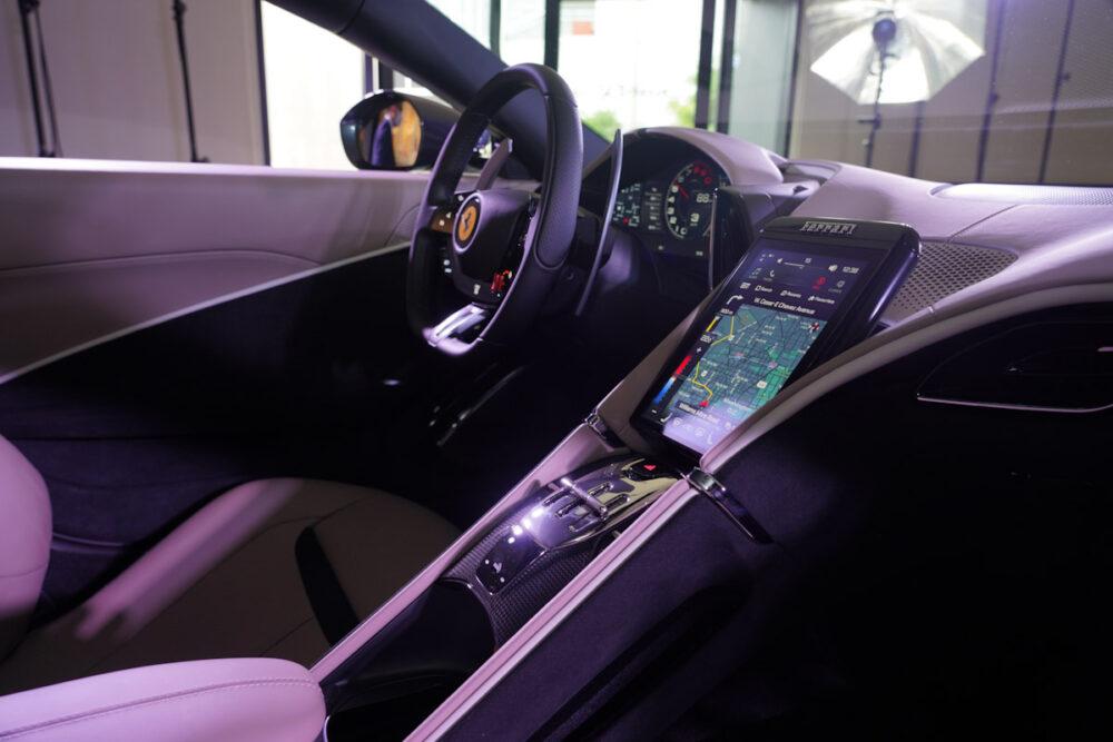 フェラーリ・ローマ 運転席を助手席から撮影