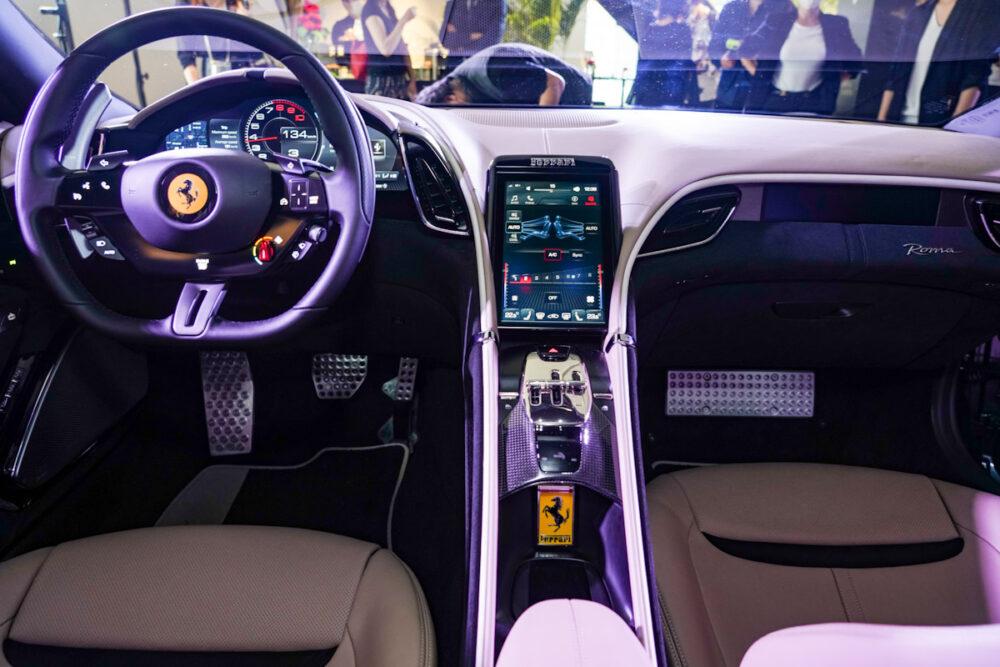 フェラーリ・ローマ 運転席とセンターコンソール