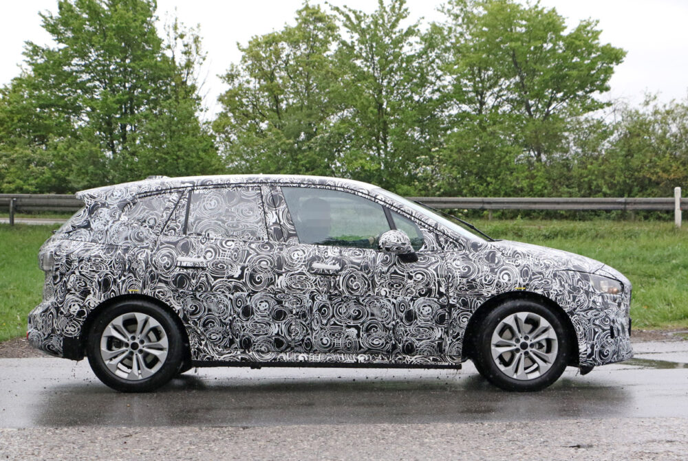 次期新型BMW 2シリーズ アクティブツアラー ボディサイド