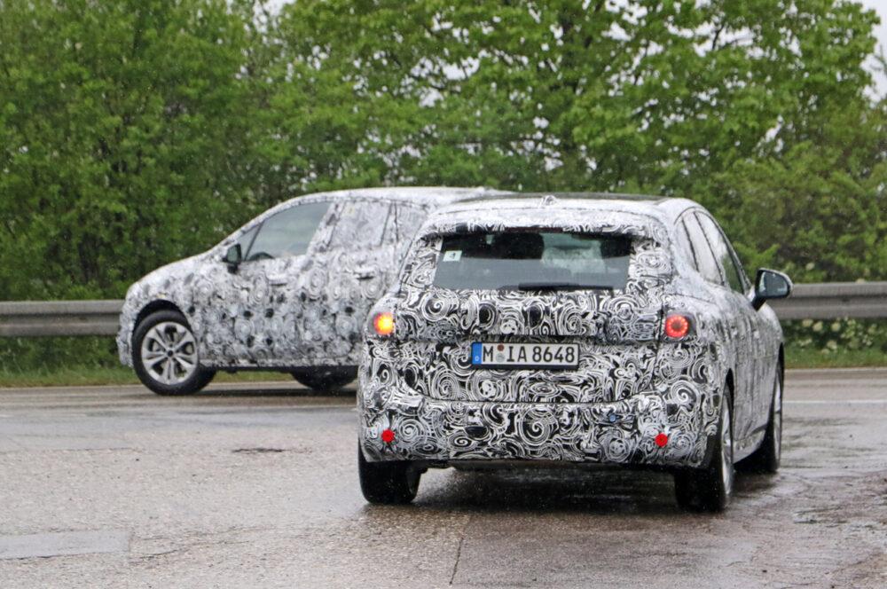 次期新型BMW 2シリーズ アクティブツアラー 2台連なる
