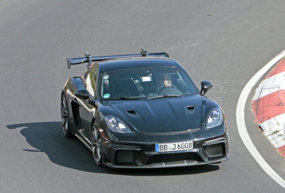 ニュルブルクリンクを高速テスト走行する新型ポルシェ ケイマン GT4 RS プロトタイプ