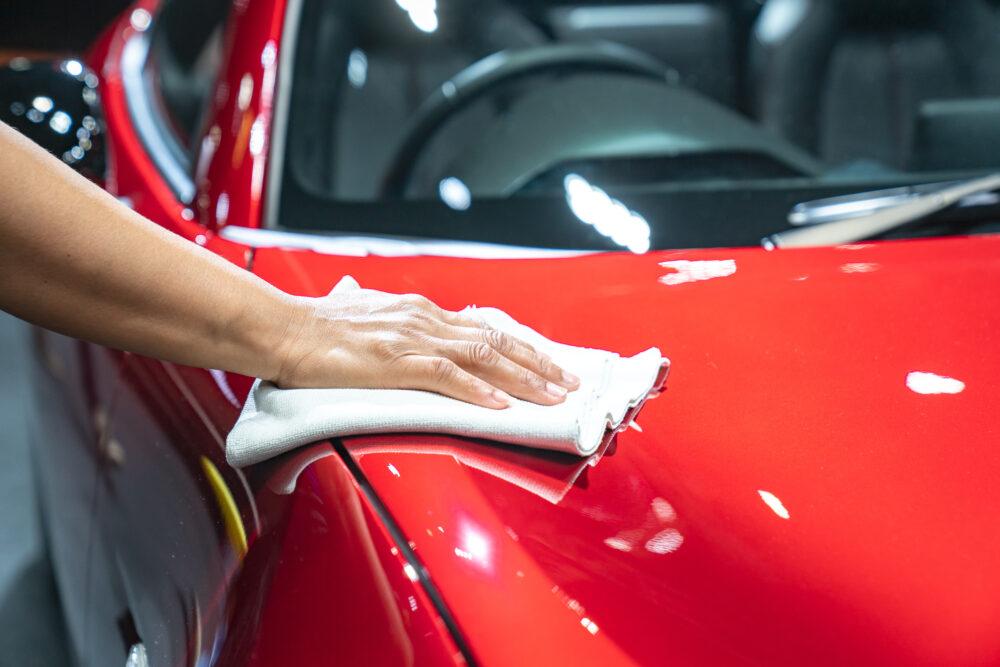 車を掃除する男性