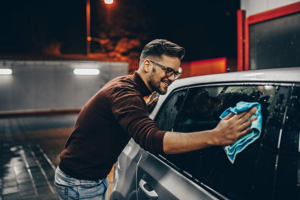 洗車する人