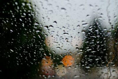 車の曇り止め対策とおすすめアイテム7選|デフロスター&デフォッガースイッチを活用しよう!