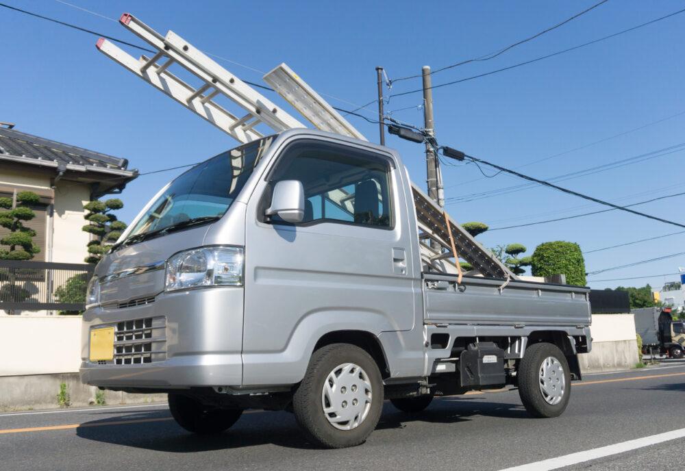 はしごを乗せた軽トラック