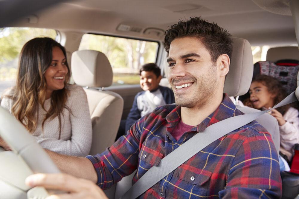 ドライブする家族