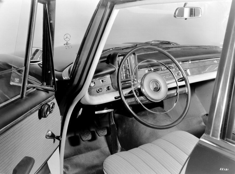 フィンテール W111(1959-1971年)のステアリングホイールとインパネ