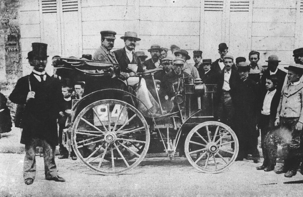1894年7月22日に開催されたパリからルーアンまでの世界初の自動車レースに、ガソリンエンジンを搭載した、アルフレッド・ヴァシュロンの車両