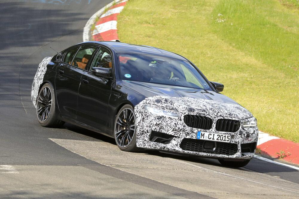 改良新型BMW M5 プロトタイプ スパイショット サーキットのコーナーを駆け抜ける