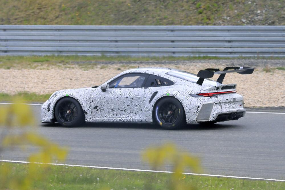新型ポルシェ 911 GT3 R プロトタイプ スパイショット ボディサイド 巨大なスワンネックウィング