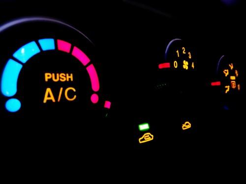 車のエアコンのACスイッチ