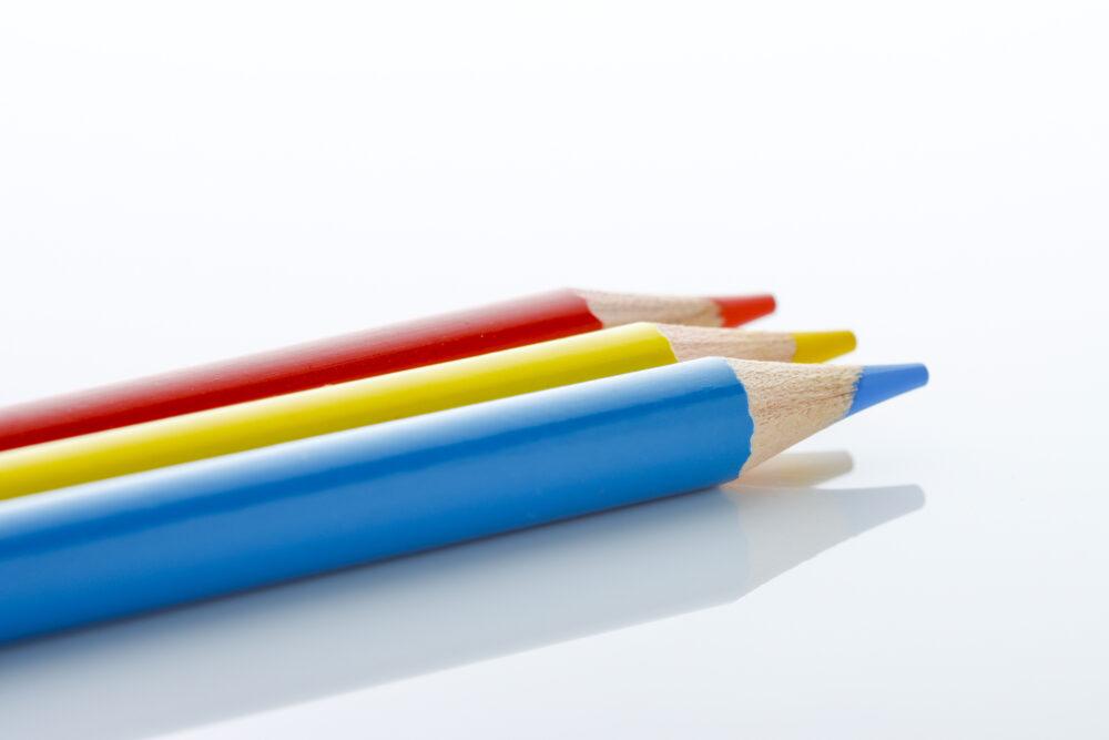 赤と黄と青の色えんぴつ