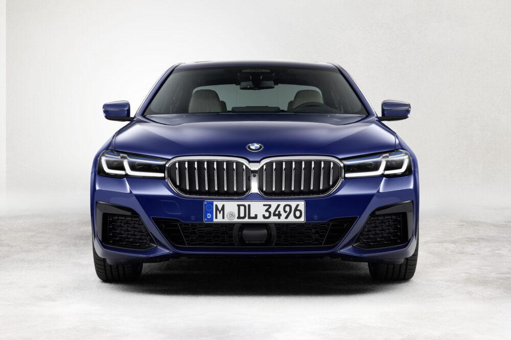 マイナーチェンジした新型BMW 5シリーズ、ブルーメタリックのボディカラー、フロントマスク