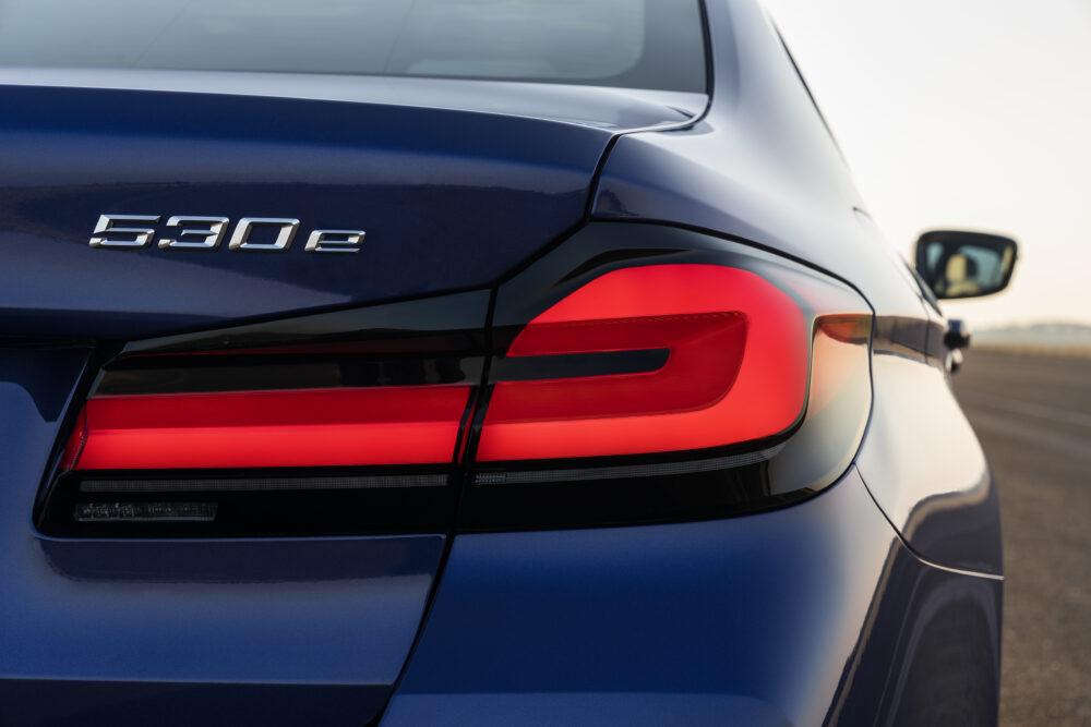 マイナーチェンジした新型BMW 5シリーズ セダン 530eのリアエンド