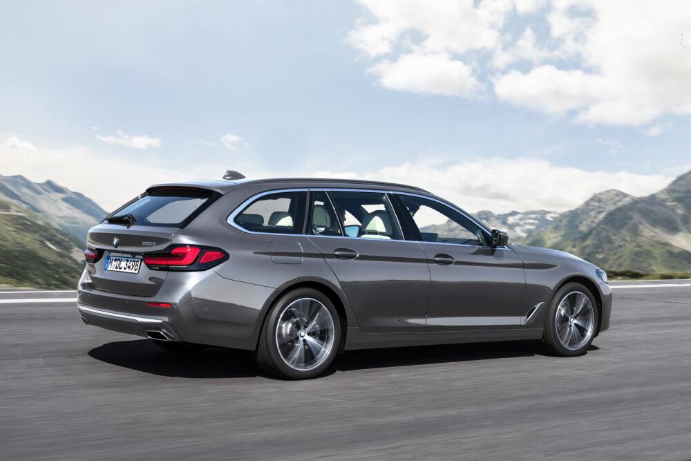 マイナーチェンジした新型BMW 5シリーズ 530i ツーリング グレーメタリックのボディカラー