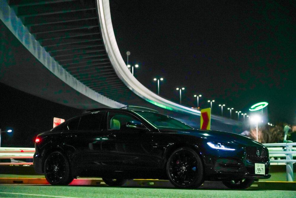 ジャガー XE 2020年モデル 夜の高架下で撮影