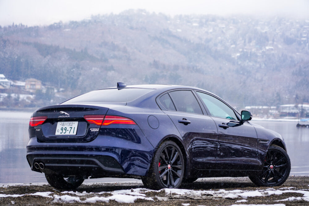 ジャガー XE 2020年モデルのリア 湖を背景に雪が振る中撮影
