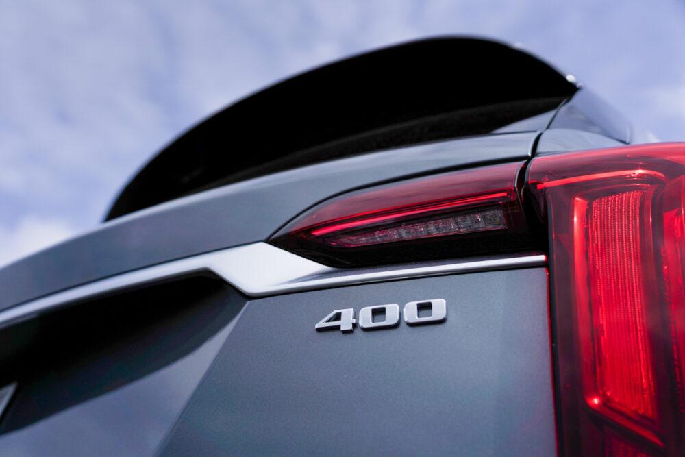 キャデラック XT6 ナイトクルーズ エディション 「400」のバッジ