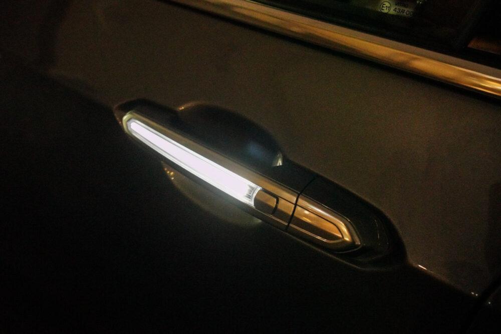 キャデラック XT6 ナイトクルーズ エディション 光るドアノブ