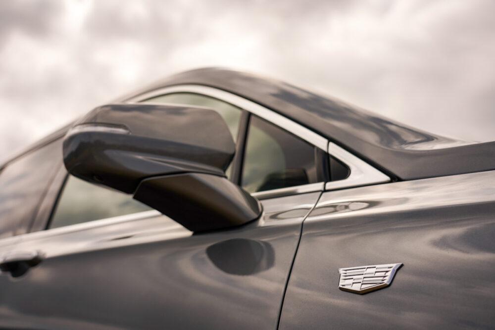 キャデラック XT6 ナイトクルーズ エディション キャデラックのエンブレムとドアミラー