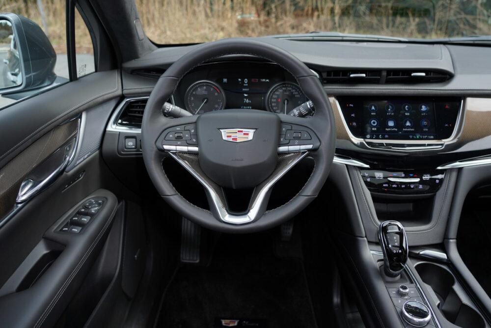 キャデラック XT6 ナイトクルーズ エディション 運転席周り。正面から撮影