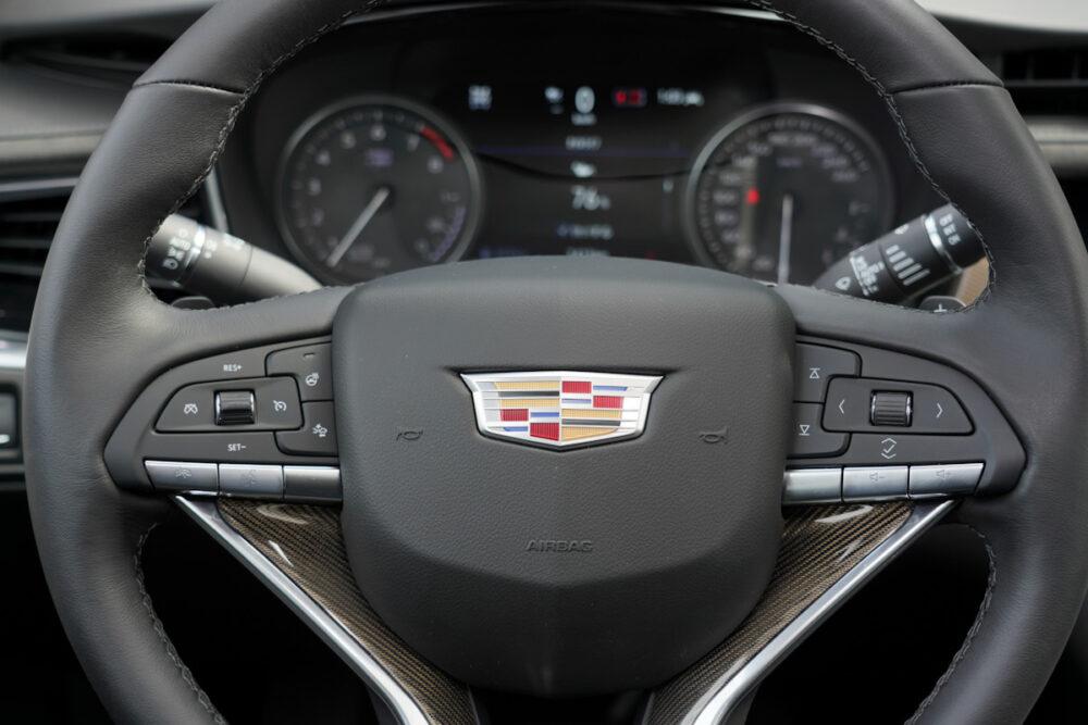 キャデラック XT6 ナイトクルーズ エディション ステアリングホイールのスイッチ類