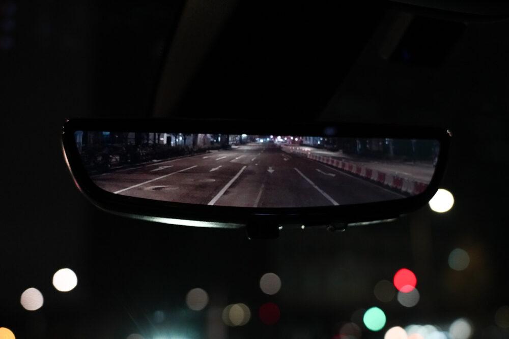 キャデラック XT6 ナイトクルーズ エディション ルームミラー。カメラ映像表示時。