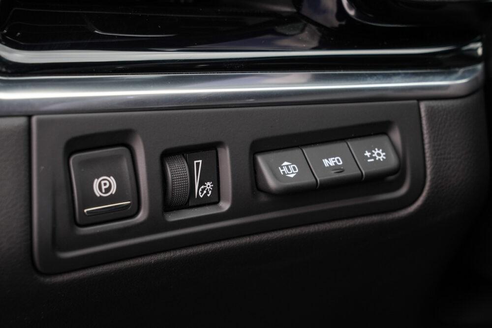 キャデラック XT6 ナイトクルーズ エディション 電動パーキングブレーキスイッチ、メータークラスター照度調整ダイヤル。