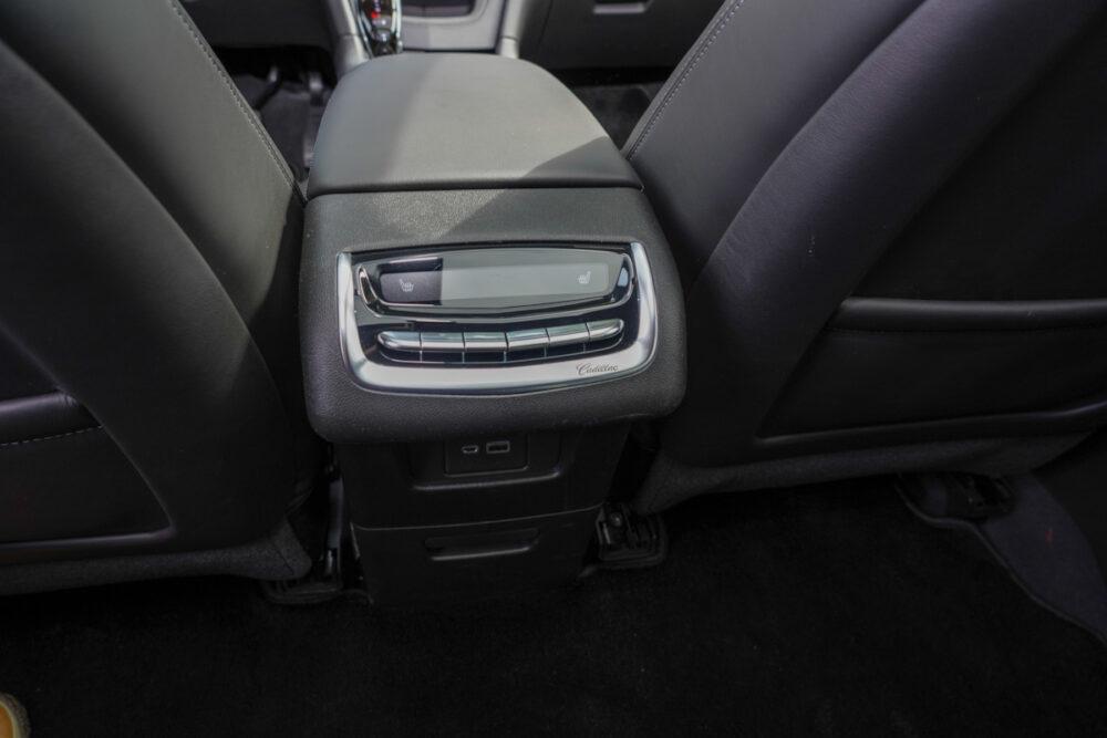 キャデラック XT6 ナイトクルーズ エディション センターコンソール後席側操作スイッチ
