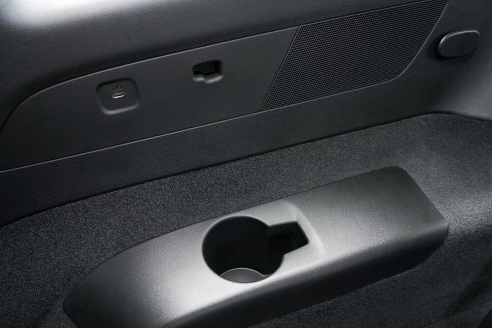 キャデラック XT6 ナイトクルーズ エディション 3列目シートのUSB給電ポートとドリンクホルダー。