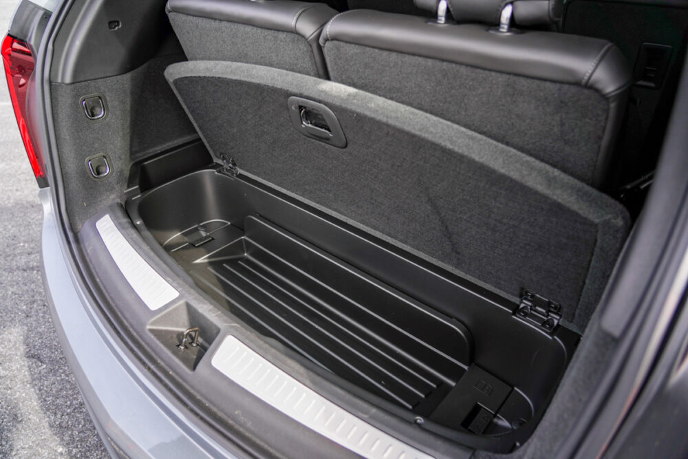 キャデラック XT6 ナイトクルーズ エディション 3列目シート使用時の床下収納フタを開けたところ。