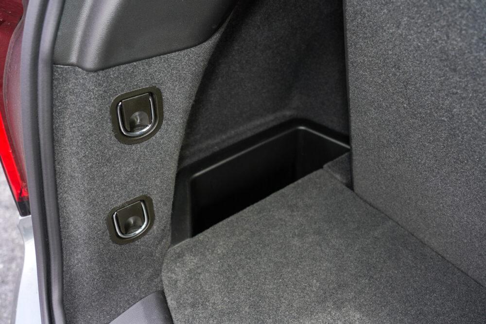 キャデラック XT6 ナイトクルーズ エディション ラゲッジスペースの小物入れとロープ等用のバックル。