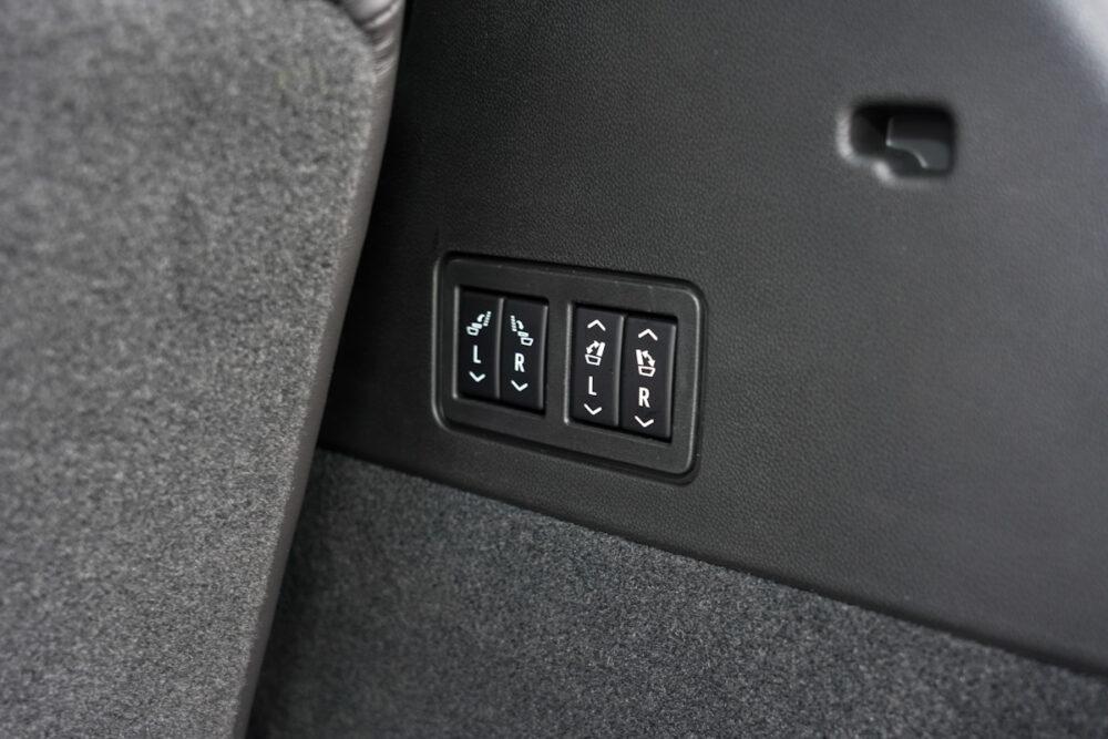 キャデラック XT6 ナイトクルーズ エディション リアシート電動格納ボタン。