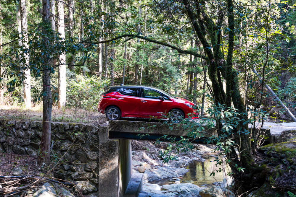 日産リーフe+ 横峰寺を通じる山道にかかる橋の上で撮影