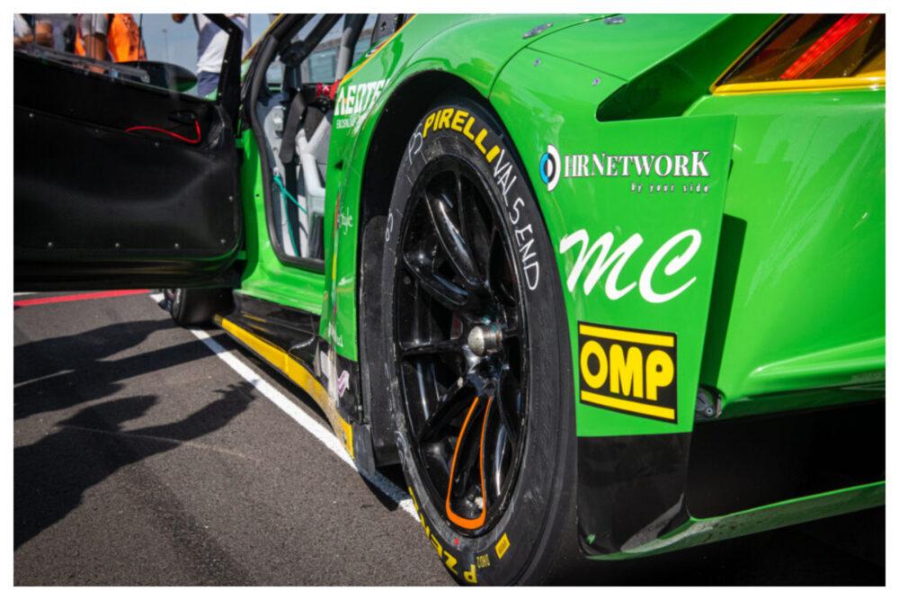 レーシングカーの後方タイヤ