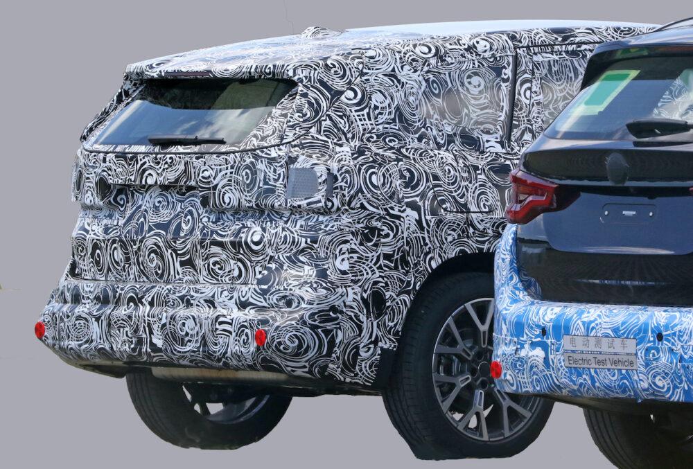 次期新型BMW X1 プロトタイプ スパイショットと現行モデルのリア