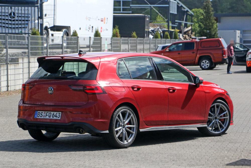 新型フォルクスワーゲン ゴルフ GTI TCR プロトタイプ スパイショット リアとボディサイド