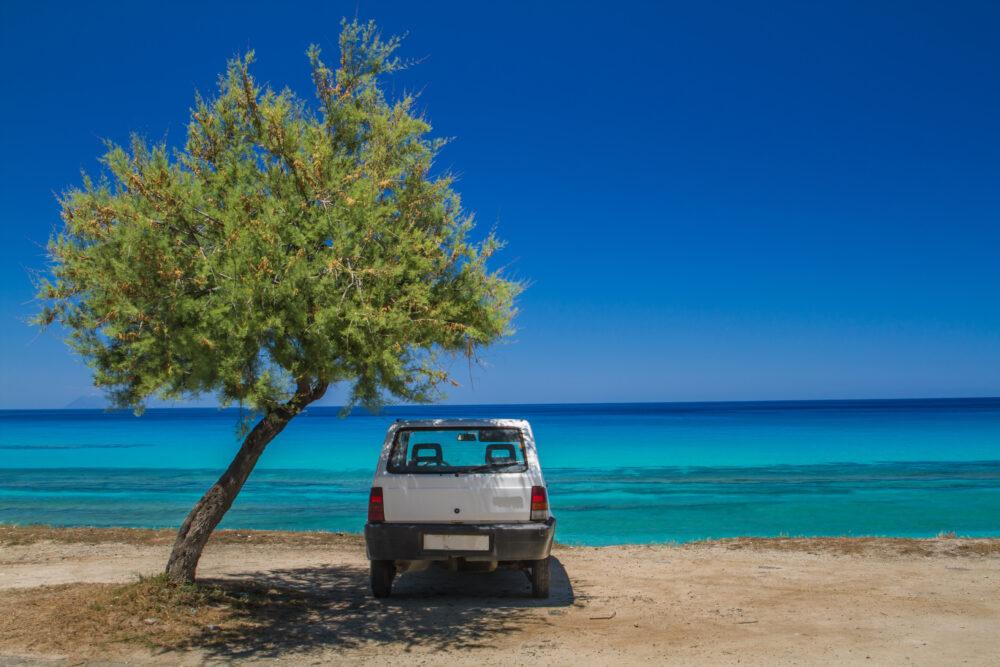 車の前に海辺