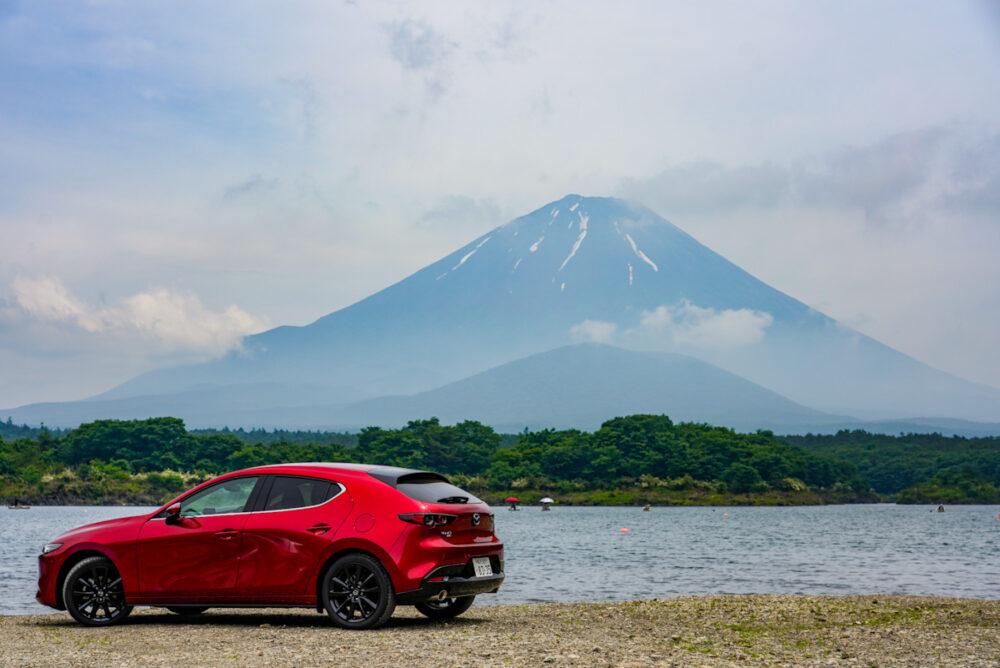マツダ3 ファストバック X MT/AWD 背景は富士山
